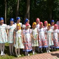 Праздник Троицы открывают девочки из вокальной студии Веснушки.