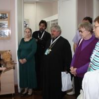 Экскурсию по музею мордовской народной культуры ведёт М.И. Сурина