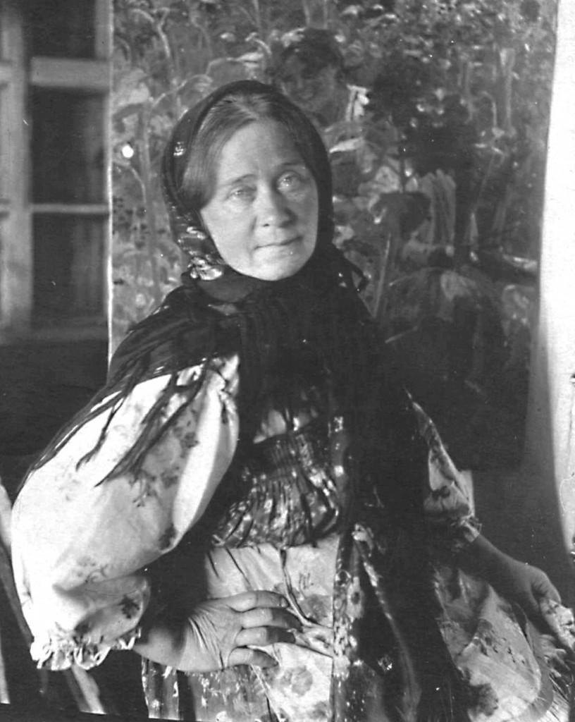 2.Л.В. Сычкова позирует. 1936