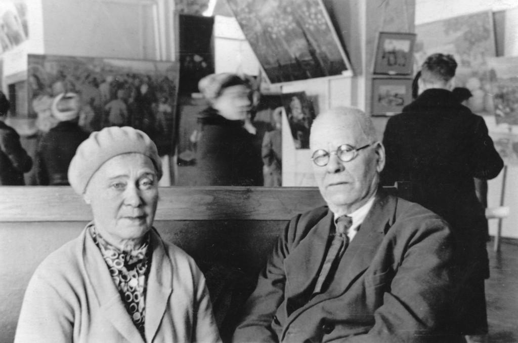 4.Ф.В. и Л.В. Сычковы на выставке. Саранск. 1950-е гг.
